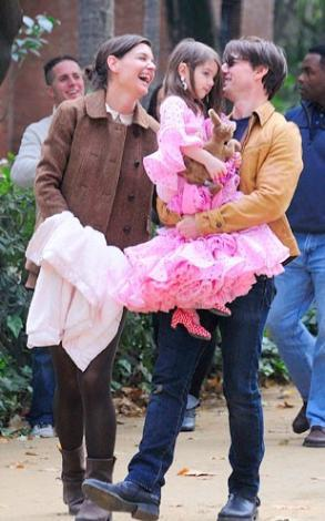 İşte dünyanın en çok görüntülenen ailesi :Tom Cruise eşi Katie Holmes ve daha şimdiden stil ikonu olan kızları Suri.