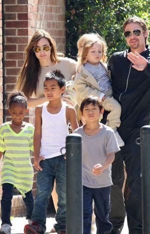 İşte gökkuşağı ailesi: Brad Pitt Angelina Jolie ve altı çocuk..