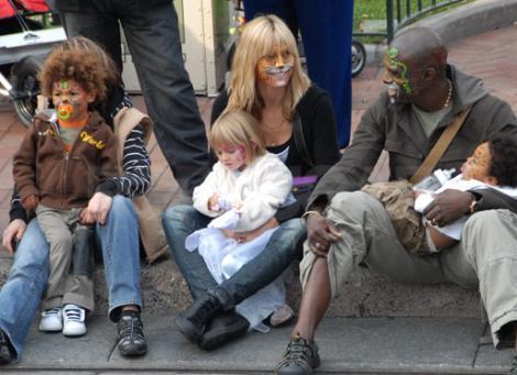 Çift kimi zaman çocuklarıyla çocuk bile oluyor.