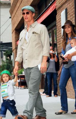 Matthew McConaughey nişanlısı Camila Alves ve iki çocukları neredeyse hiç ayrılmıyor.