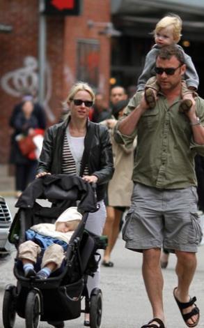 Naomi Watts ve Liev Schreiber set dışındaki tüm zamanlarını çocuklarıyla geçiriyor.