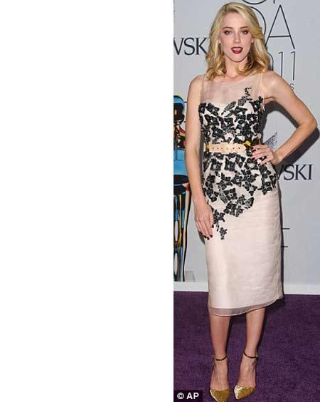 Amber Heard daha sade bir görünümü tercih etmişti. Krem rengi ve siyah payetlerle süslü elbisesi çok şıktı ama diğer davetlilere bakınca size de biraz sönük görünmedi mi?