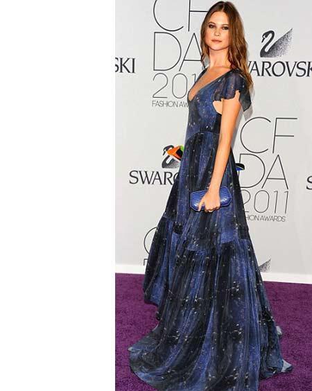 Model Behati Prinsloo üzerinde gökyüzünün renklerini taşıyan bir elbise giymişti. Bu orijinal görünümlü elbise bizim favorilerimizden.