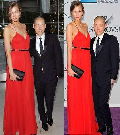 Tasarımcı Jason Wu, kendi tasarımını taşıyan model Karlie Kloss ile poz veriyor.