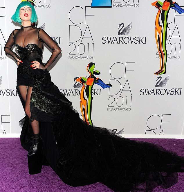 Lady Gaga'da siyah tercih eden yıldızlardan biriydi. Fakat onun seçtiği elbise Miranda Kerr'inkinden çok farklıydı. Ünlü şarkıcı transparan ve korset elbisesi ve apartman topuklarıyla kameralara poz verdi.