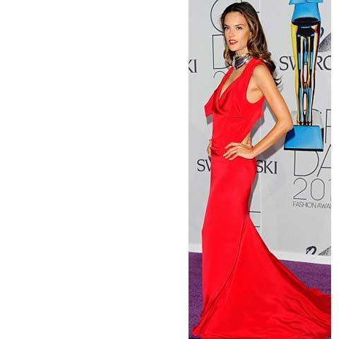 Alessandra Ambrossio kırmızıyı tercih eden bir diğer davetliydi.