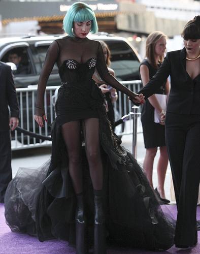 Amerikan Moda Tasarımcıları Derneği'nin verdiği CFDA Ödülleri'ne katılan Lady Gaga yine sınır tanımadı.