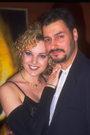 KIZI DA GÜNDEMDEYDİ   Aynı dönemde Kayahan'ın büyük kızı Beste de magazin sayfalarında sık sık yer alıyordu. Özellikle de ardı ardına başarısızlıkla sonuçlanan ve babasının bir türlü onaylamadığı evlilikleriyle.   İlk evliliğinden Oben adlı bir oğlu olan Açar, dönemin ünlü müzisyenlerinden Tayfun Duygulu ile evlendi.