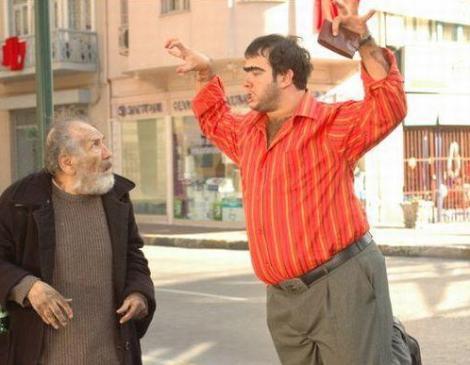 Kirli Kedi Organisazyon kâr payının ödenmediği gerekçesiyle yönetmen Faruk Aksoy'un sahibi olduğu Aksoy Film şirketine 1 milyon 193 bin liralık dava açtı.