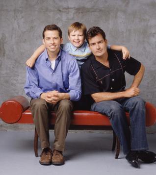 100 MİLYON DOLARLIK DAVA   Son dönemde sıradışı hayatıyla gündeme gelen Charlie Sheen bu yüzden rol aldığı Two and a Half Men dizisinin kadrosundan çıkarıldı.