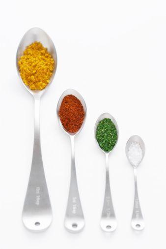 Yağı, şekeri, unu en aza indirip baharatlarla hafif ve lezzetli yemekler yapmak mümkün. Diyetisyenler, yemeklerde özellikle tarhun, fesleğen, kekik, nane, pul biber, kişniş, zerdeçal, kimyon, sarımsak ve limon kullanmaktan kaçınmamak gerektiğini söylüyor.   Kilo kontrolünde ve diyette başarılı olmak, hafif yiyeceklerle doyma hissine ulaşmak için baharatları doğru besinlerle kullanmakta fayda var. Peki, hangi besinle hangi baharatı tüketmek daha iyi olur?