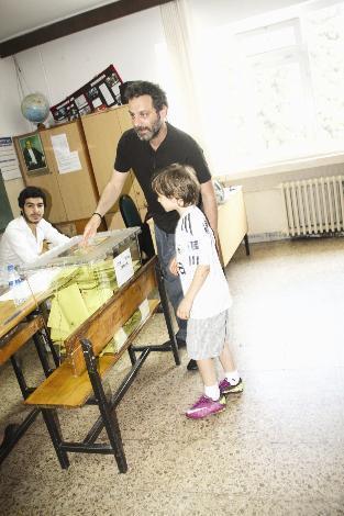 """Ozan Güven  Oğluyla sandıkta.Ozan Güven, minik oğlu Ali ile Beşiktaş Lütfi Banat İlköğretim Okulu'ndaydı. Ünlü oyuncu, oyunu kullandıktan sonra """"Herkes için hayırlı olsun"""" dedi."""