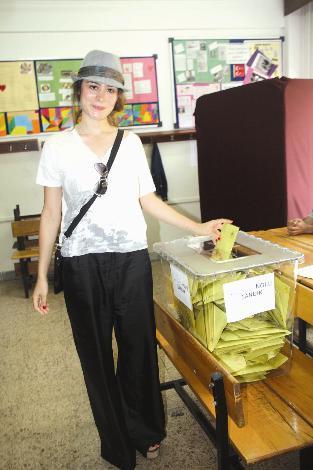 Belçim Bilgin Erdoğan  Belçim Bilgin-Yılmaz Erdoğan çifti, oylarını Beşiktaş'taki Lütfi Banat İlköğretim Okulu'nda kullandı.