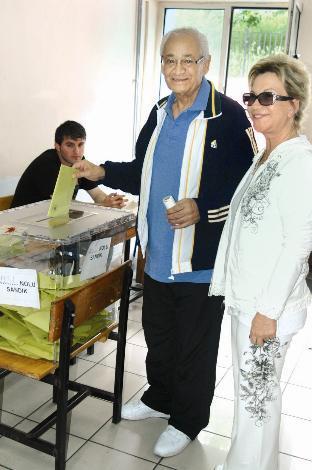 Adnan Şenses  Oy kullanan ünlüler arasında Adnan Şenses de vardı.