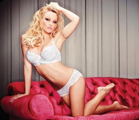 """Sahil Güvenlik dizisiyle genç yaşta şöheti yakalayan Pamela Anderson artık 43 yaşında iki çocuk annesi bir kadın.  Pek çok yaşıtından çok daha iyi görünse de o da bazen """"teknolojinin sihirli dokunuşuna"""" ihtiyaç duyuyor."""