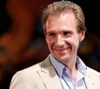 İngiliz aktör Ralph Fiennes bindiği uçağın tuvaletinde bir hostesle sevişmişti. Hostes, ilişki için Fiennes'a, '10 üzerinden 10' vermiş, ünlü oyuncunun gördüğü en iyi aşık olduğunu söylemişti.   Hostes Robertson ünlü aktörle daha sonra da birçok kez beraber olduklarını itiraf etmişti. Hostesin, bu itiraflarından sonra işine son verildi.