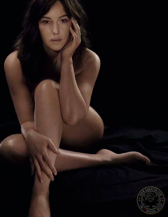 Elle dergisinin Fransız edisyonu için çırılçıplak objektif karşısına geçen Monica Belluci, ilerleyen yaşına rağmen eskimeyen güzelliğiyle dikkat çekiyor...