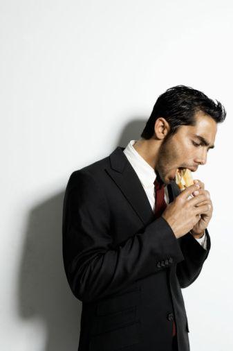 Strese bağlı yemek:   Kalp hastalıkları ve depresyon gibi sağlık sorunları riskini artıran stres, aynı zamanda kilo almaya da yol açıyor. Stres, nasıl düşündüğünüzü de etkiliyor.   Patronunuzla yapacağınız bir toplantıyı düşünerek, kendinizi 'yiyorsanız' ya da ev kredinizi nasıl ödeyeceğinize dair endişeleriniz varsa, sağlıklı beslenme şeklini düşünecek enerjiniz kalmayabilir. Bunun yerine daha çok tatlı ve şeker, kurabiye gibi yağlı yemeklere yöneldiğinizi görürsünüz.   Stresli olduğunuzda, bazı basit rahatlama egzersizleri yapabilirsiniz. Günde iki kere, uzun ve derin nefesler alarak birkaç dakikanızı geçirebilirsiniz. Ya da yoga yapabilirsiniz.