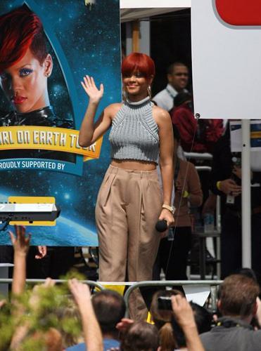 Bodyguard paparazzilere aldırmadan dakikalarca bakışlarını Rihanna'nın göğüslerinden alamadı.