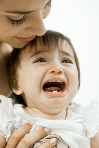 """Ağlama tepinme krizine giren çocuğunuza """"herkes sana bakıyor"""" demeyin  Herşeye rağmen bu tür durumları yaşayacağınızı kabullenmenizde fayda var. Önlem almak en önemli yaklaşımdır. Acıkmadan önce beslenmesi, uykuya dalmaya çalışırken uygun koşulların sağlanması, sıkılmaya başlarken bunun fark edilmesi ve eğlencenin başlatılması gibi yaklaşımlar faydalı olacaktır.    Bunlara rağmen çocuğunuz ağlama krizine girerse çevrenizdekilerden çekinmeyin. Genelde erişkinlerin ilk tepkisi çevreye dikkat etmektir.  Böyle bir durumda çocuğunuzla evde baş başayken nasıl yaklaşımda bulunuyorsanız, o şekilde davranmanız uygun olacaktır."""