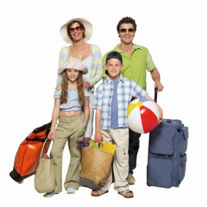 Yol için çanta hazırlığı yolun yarısıdır  Yolculuk için bol gıda almayı unutmayın. Yolculuğun en zorlu anlarında yeni bir oyuncağın sunulması genelde çok güzel ve sakinleştirici bir etki sağlar. Çocuğunuzun ona uygun bir sırt çantası takması kendisini önemli hissettirecektir.   Bebek, araba, battaniye gibi çocuğunuzu rahatlatan bir eşyası varsa mutlaka yanınıza alın. Müzik ve hikaye kitapları da yolculukta kurtarıcıdır.   Giysiler kolay yıkanan ve gideceğiniz yörenin hava koşullarına göre ayarlanmalıdır. Beklenmedik koşulları da göz önünde bulundurmanız önemlidir.