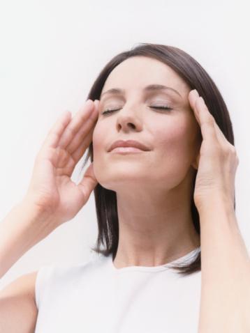 Küme baş ağrısı  Sıklıkla bir saat civarında süren, günde bir ya da birkaç kez gelen, göz, alın ve şakakta yerleşik, ani başlayıp, ani sona eren şiddetli baş ağrısıyla karakterize.   Ağrıya gözde kanlanma, gözyaşı ve burun akması, burunda şişme, yüzde terleme, göz kapağı şişmesi eşlik eder. Ağrı günde birkaç kere veya gün aşırı gelir ve genellikle aynı saatlerde, çoğunlukla geceleri ortaya çıkar. Sonra kendiliğinden kaybolur.