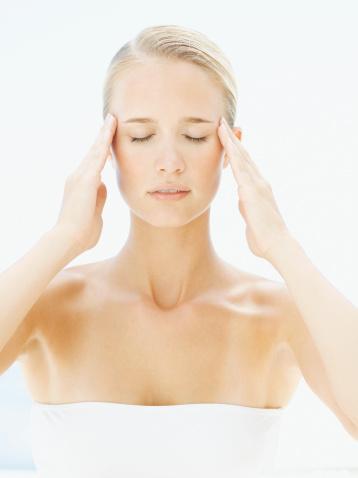Ruhsal nedenli baş ağrıları:   Fiziksel nedene bağlı olmayan, psikolojik etkenlerle ilgili olabilen, kişinin bireysel, toplumsal ve mesleki olarak işlevlerini önemli derecede bozan ağrı şikayeti.   Değişik ruhsal nedenli ağrılar belirli bir anatomik yapıya uymaz, bedenin birbiriyle ilgisiz birden çok yerinde ortaya çıkabilir. Ağrının yeri, zaman içine değişiklik gösterir.   Tedaviyle bir bölgedeki ağrı geçerse bir başka bölgede tekrar ortaya çıkar. İlaçların yararı olmaz. Ağrıyla ilgili bilgiler çok güç alınır; hastalar çoğu kez belirsiz, birbiriyle çelişkili ya da uyumsuz cevaplar verir.   Ağrı ruhsal nedenlerle ortaya çıkmasına rağmen hastalar genellikle duygusal sorunları ve çatışmaları olduğunu kabul etmez, ruhsal durumlarıyla ağrı arasında bağlantı kuramaz, ağrılarının gerçekliğine yönelik abartılı durumlar sergiler. Tedavi, esas olarak ilaç ve psikoterapiden oluşuyor.