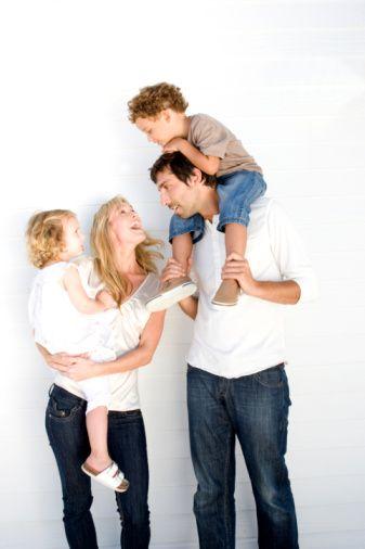 Baba-çocuk ilişkisinin altın kurallarını  19 Haziran Babalar Günü dolayısıyla Reem Nöropsikiyatri Merkezi'nden Uzman Dr. Mehmet Yavuz anlatıyor...   Babalar artık daha anlayışlı...  Geleneksel ailelerde baba dendiğinde akla çalışıp para kazanan ve evin ihtiyaçlarını karşılayan, otoriter, akşam işten eve geldiğinde rahatsız edilmemesi gereken bir model gelebilir. Ancak günümüzde, özellikle annenin de çalıştığı ailelerde artık ''baba'' rolü ciddi bir değişime uğradı.   Eski sert ve sinirli babalar yerini anlayışlı, çocuğuyla ilgilenen, sorunları çözmede etkili, tatlı-sert bir ''erkek'' modeline bıraktı.