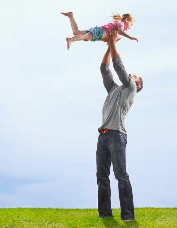 İyi bir baba olmanın yolu sabır ve tecrübeden geçiyor!  Bebeklerin ilk yaşlarında anneye olan ilgi ve bağlılığının ikinci yaştan itibaren babaya yönlendiğini belirten Dr. Yavuz, baba-çocuk ilişkisinde doğru iletişimin fiziksel temas ve birlikte verimli vakit geçirmek olduğunun altını çiziyor.   Hiç kimsenin ''iyi bir baba'' olarak doğmadığını söyleyen Yavuz, baba olmanın sevgi, tecrübe, sabır ve bilgi edinmeyle gerçekleşeceğini vurguluyor.