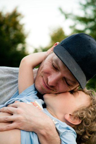 Baba-çocuk ilişkisinde bunlara dikkat!  Çocuğa sevgi, ilgi göstermeli ve zaman ayırmalıdır.   Bebeğin sağlığı, beslenmesi, temizliği gibi ihtiyaçlarını karşılaması önemlidir. Bu ilişki daha gelecekteki sağlıklı ilişkinin önemli bir parçasıdır.  Çocuğu olduğu gibi kabul etmeli, başkalarıyla kıyaslamamalıdır.  Çocuğun çabalarını, olumlu davranışlarını desteklemeli, başarısızlıkları karşısında sabırlı, sakin ve yapıcı olmalıdır.  Tüm davranışlarıyla çocuğa iyi bir model olmalıdır.