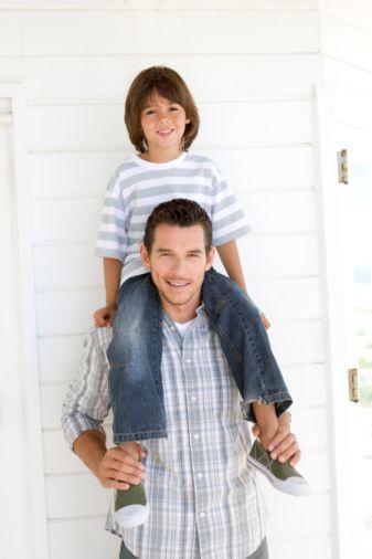 Cinsel kimliğini baba sayesinde kazanıyor  Bir çocuğun tanıdığı ilk ''erkek'' modelinin baba olduğunu belirten Dr. Yavuz, özellikle erkek çocukların cinsel kimliğini babadan modellediğini, kız çocukların da karşı cinsi tanıması ve güvenmesi anlamında babadan etkilendiğini vurguladı.   Baba-çocuk ilişkisinde çocuğun zihninde oluşacak ''iyi baba'' kavramına annenin desteğinin kaçınılmaz olduğunu belirten Dr. Yavuz, anne-baba arasındaki ilişkinin çocuğu büyük ölçüde etkilediğini belirtiyor.