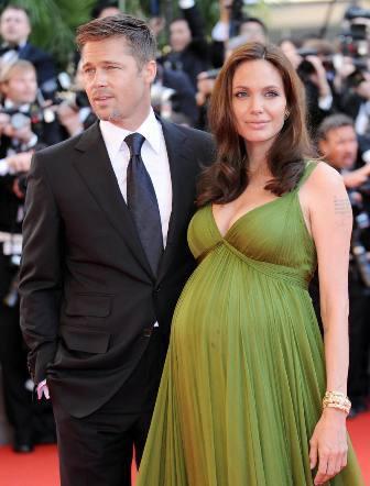 Brad Pitt: Alternatif yaşam tarzlarını seven Angelina Jolie ile olan ilişkisi sebebiyle durmadan kuşku içinde yaşaması ve sürekli edinilen evlatlıklar Pitt'i oldukça yordu. Saç modelini sürekli yenileyen, hoş ve bakımlı görünmek için saçlarına aşırı yüklenen Pitt'in saçları da yorgun düştü. Ayrıca kariyerinde çıktığı zirveyi korumak için de hayli mücadele veren yakışıklı oyuncunun saçlarına ve sakallarına sonunda kırlar düştü.