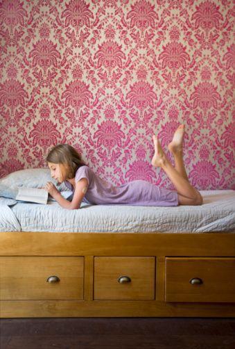 Kitap okuması için çocuğunuzu teşvik edin  Ev ortamı ailenin okumaya verdiği değeri yansıtmalıdır. Bunu sağlamak için evde  bütün aile üyelerinin ilgisini çekecek okuma materyalleri bulundurulmalıdır.   Günlük bir gazeteye, hem çocuklar hem de yetişkinler için basılan dergilere abone olmak, kitap kulüplerine üye olmak, indirimli veya kullanılmış kitap satan mağazalardan ucuz yayınlar almak,  kütüphaneden düzenli olarak kitap ödünç almak, arkadaş ve akrabalarla kitap değiş tokuş yapmak gibi yaklaşımlar okuma materyallerinin zenginleştirilmesi için önemlidir.