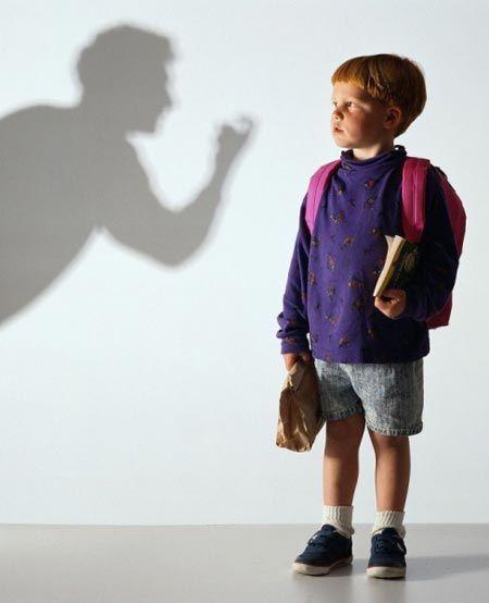 """Kötü karne çocuğunuzun tatil hakkını elinden almamalı  Ebeveynler çocuklarının okul hayatında başarılı olmalarını yürekten isterken kırık notlarla dolu bir karne onları hayal kırıklığına uğratabilir. Ancak unutmayın ki; çocuğunuzun okul başarısının düşük olmasında pek çok etken vardır.   Çocukların öğrenme yeteneklerini etkileyen bazı durumlar arasında; öğrenme güçlükleri, dikkat eksikliği, uyum ve davranış sorunları, gelişimsel bozukluklar, olumsuz yaşam olayları, çeşitli geçiş dönemleri gibi durumlar sayılabilir.   Ailenin yüksek başarı beklentisi ve """"tembel"""", """"sorumsuz"""" gibi olumsuz sıfatlarla çocuğu etiketlemesi onun kendine duyduğu güveni zayıflatır. Bu nedenle aile öğrenciyi suçlamaktan kaçınmalı, okul başarısızlığı olarak tanımlanacak sorunu çözebilmek için çaba göstermelidir."""