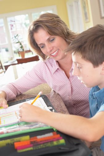 Tatilde de uygun bir çalışma programı belirlenebilir  Öğrenme güçlükleri, dikkat eksikliği gibi akademik başarıyı etkileyen konularda okuldaki öğretmen ve psikolojik danışmanların çocuğunuzla ilgili kuşku ve önerilerine önem verin.   Gerekli durumlarda uzmanlardan yardım alın. Tatil günlerini çocuğunuzun okulda neden zorlandığını belirledikten sonra uygun çalışma programıyla başarıyı yakalaması için bir fırsat dönemi olarak değerlendirin.