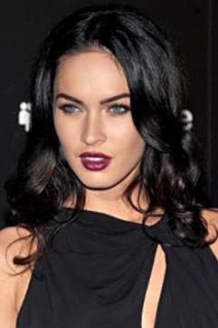 Lowndes saçı ve makyajıyla Megan Fox'un ikizi gibi görünüyor.