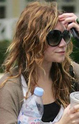 Ashley Olsen saçını taramaya üşenmiş gibi.