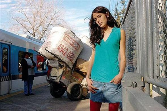 ÇÖP TOPLARKEN KEŞFEDİLDİ   Arjantin'de benzerine ancak peri masalında rastlanacak bir olay gerçekleşti. Başkent Buenos Aires'te çöpçülük yapan 16 yaşındaki Daniela Cott, sokakta keşfedilerek, moda dünyasının en gözde mankenlerinden biri oldu.