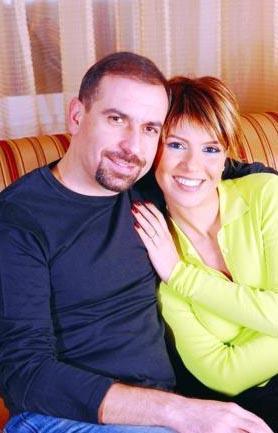 GÜLBEN ERGEN- MUSTAFA ERDOĞAN  Gülben Ergen ve Mustafa Erdoğan çiftinin beraberliği magazin gündemine bomba gibi düşmüştü. Çiftin evlilik öyküsü de ilginç. Herşeyin başlangıcı ize Gülben Ergen'in Rumelihisarı konserindeki şovu için Mustafa Erdoğan'ı aramasıyla başladı.   Ergen ve Taşkın Sabah randevu alıp Mustafa Erdoğan'ın ofisine gitmişler. Elbette bu o kadar kolay olmamış. Bu randevu için tam 1 ay beklemiş Ergen.
