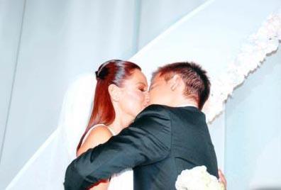 Dizide anne- oğulu canlandıran Altuğ ve Atacan kısa sürede ayrılacakları yolundaki iddiaları çürüterek evlendi.