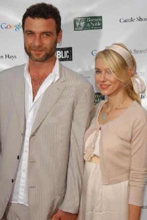 Filmdeki rol arkadaşı Liev Schreiber'a aşık oldu Watts. Yakışıklı aktör de ona..
