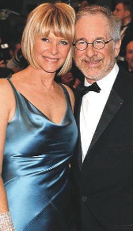 STEVEN SPIELBERG- CATE CAPSHAW  Sinemanın harikma çocuğu Steven Spielberg ile eşi Kate Capshaw'un tanışmasının öyküsü de örneğine filmlerde rastlanacak türden.