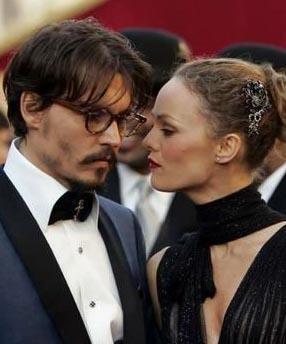 Depp, Fransa'nın önde gelen oyuncu ve şarkıcılarından olan Paradis'nin çekim alanına öyle bir girdi ki ülkesini bile bırakıp Fransa'ya yerleşti.