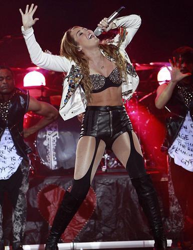 Küçük yaşına rağmen giydiği iddialı kostümler nedeniyle eleştirilen şarkıcı Miley Cyrus artık özgürlüğünü tam olarak ilan etti.