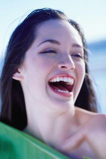Mezuniyet mevsiminin açıldığı şu günlerde dişlerini beyazlatmak isteyen gençlerin sayısı artıyor.  EDAD (Estetik Diş Hekimliği Akademisi Derneği) Başkanı Prof. Dr. Ata Anıl, diş beyazlatma hakkındaki en önemli soruları yanıtladı!  Dişlerde ne tür renklenmeler meydana gelir?  Dişlerde iki çeşit renklenme meydana gelebilir. İç renklenme ve dış renklenme.  İç renklenme: Dişin içine işlemiş ve fırçalama ile çıkarılamayan renklenmelerdir. Dişlerin oluşumları esnasında meydana gelen yapısal bozukluklar da (ilaçlara bağlı veya fazla flor alımına bağlı vb.) bu sınıfa girer. Bleaching işlemi bu tip vakaların büyük bir kısmında çok başarılı olur.