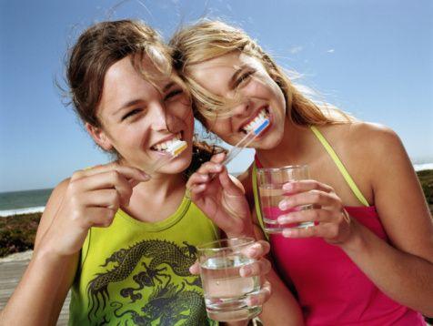 Farklı renklenmeler farklı tedaviler gerektirir. Bu nedenle ne tip bir uygulama yapılması gerektiğine diş hekiminiz ile birlikte karar vermeniz en doğrusudur.  Sıkça yapılan bir hata piyasaya sürülmüş hiçbir kontrolü olmayan ve denetlenmemiş ürünlerle dişlerin beyazlatılmaya çalışılmasıdır. Bu ürünler dişleri geri dönüşümsüz beyazlatmadan çok uzak ve minede onarılması güç zararlar oluşturan yapıda ajanlardır.  Bu yüzden dişlerinizin canlı dokular olduklarını unutmadan onlarla ilgili kararlar ve uygulamalar hekiminizle birlikte yapılmalıdır.