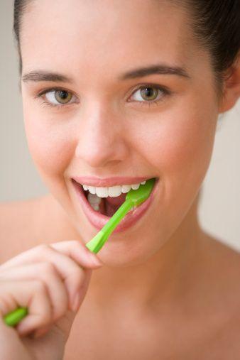 Beyazlatma (bleaching) işlemi nasıl yapılır?  Şu anda bilinen iki değişik beyazlatma yöntemi vardır.  1- Home Bleaching ( Ev Tipi Beyazlatma yöntemi )  Bu yöntemde hekim dişlerden ölçü alarak laboratuara bu ölçüyü verir . Alınan bu ölçüden dişlerinizin üzerine tam oturan, ince şeffaf bir plak hazırlanır.