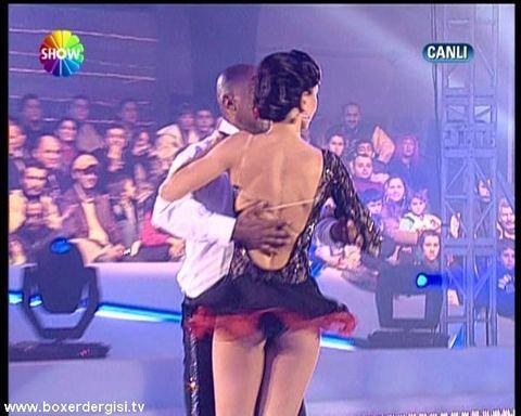 Zeynep Tokuş Buzda Dans adlı yarışmada frikik veriyor