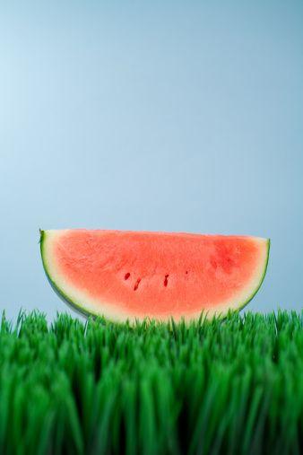 8) Karpuz, yağsız bir besindir ancak enerji üretimini artırır. Ayrıca yaşa bağlı dejenerasyona karşı da vücudu korur.  Kaynak: Vatangazetesi.com