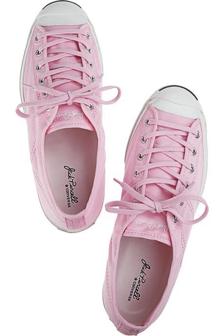 Spor ayakkabılar Her kadının dolabında ortalama üç çift spor ayakkabı vardır. Kadınlar spor ayakkabıları rahat olmak istedikleri günlerde giymeyi tercih ederler. Bu şıklıktan ya da uyumdan uzaklaşmak anlamına gelmez; aksine spor ayakkabı giyen kadınlar aktif olduklarını gösterirler. Spor ayakkabılar hayatı tekdüze yaşamayan kadınların simgesidir.